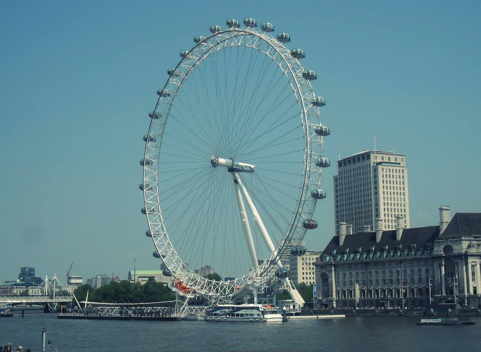 Le London Eye, sur la Tamise, en face de Big Ben